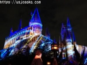 夜にホグワーツ城を  プロジェクションマッピングで  ライトアップするイベント